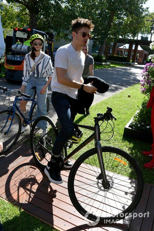 Charles Leclerc, Ferrari, va in bicicletta in pista con la sua ragazza Charlotte Sine