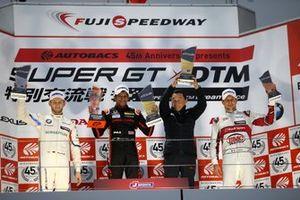 Podium: Race winnaar Narain Karthikeyan, Nakajima Racing Honda NSX-GT, tweede Marco Wittmann, BMW Team RBM BMW M4 DTM, derde Loic Duval, Audi Sport Team Phoenix Audi RS5 DTM