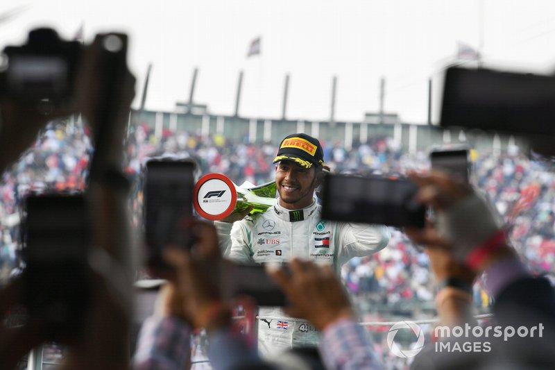 Lewis Hamilton, Mercedes AMG F1, celebra con su trofeo