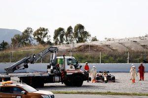 Marshals halen de wagen van Max Verstappen, Red Bull Racing RB16, uit de grindbak
