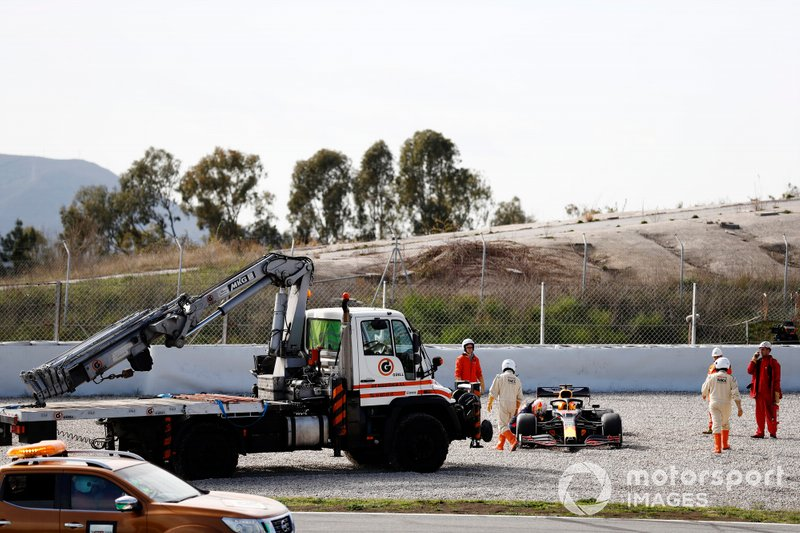 Marshals recover the car of Max Verstappen, Red Bull Racing RB16, after a spin into the gravel