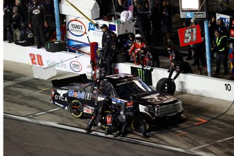 Riley Herbst, Kyle Busch Motorsports, Toyota Tundra Mobil 1, pit stop