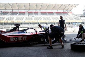 I meccanici cambiano le gomme sull' auto di Felipe Massa, Venturi, EQ Silver Arrow 01