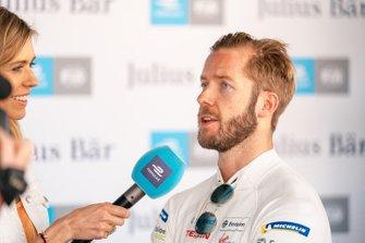 Sam Bird, Virgin Racing discute avec la présentatrice TV Nicki Shields