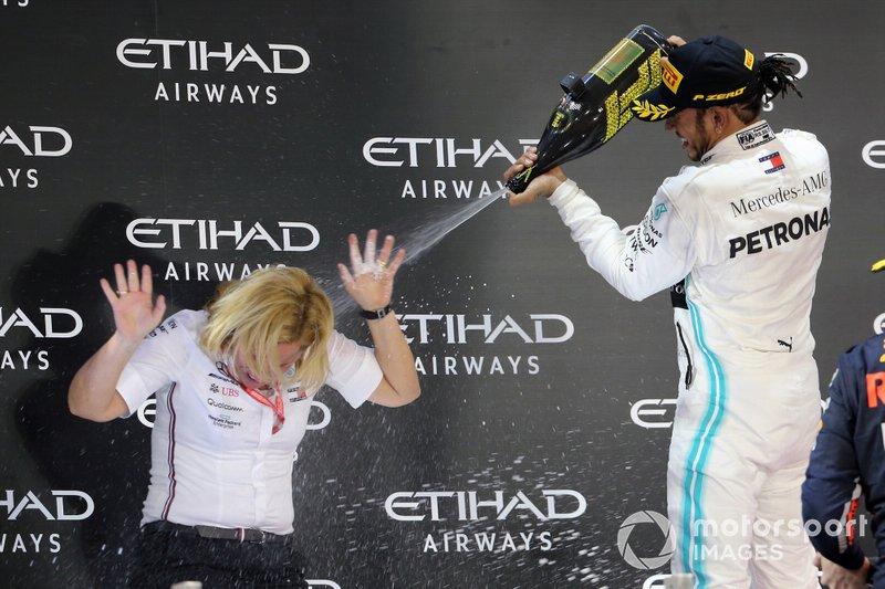 Lewis Hamilton, Mercedes AMG F1, primo classificato, spruzza champagne a Britta Seeger