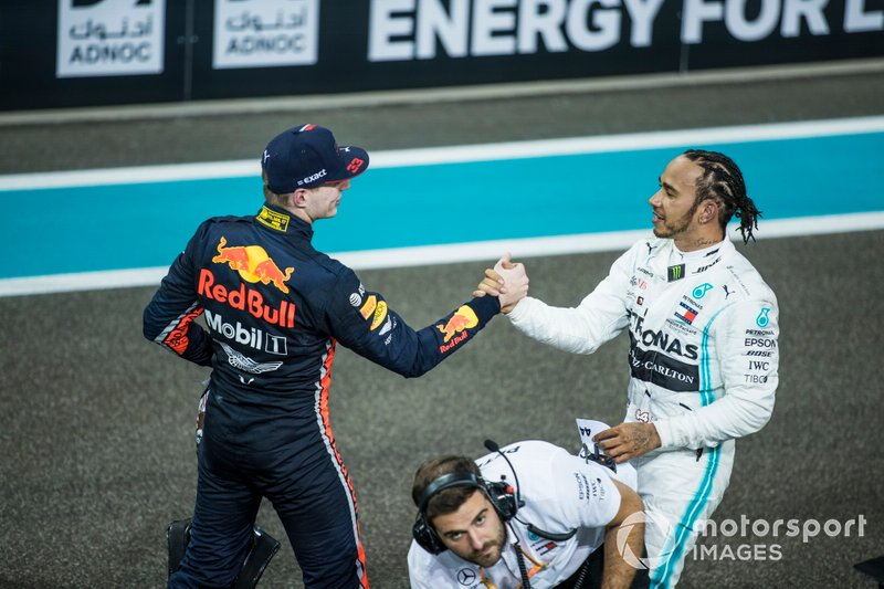 Max Verstappen, Red Bull Racing, secondo classificato, si congratula con Lewis Hamilton, Mercedes AMG F1, primo classificato, dopo la gara
