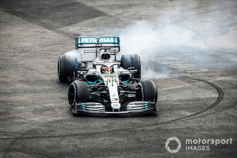 Il vincitore della gara Lewis Hamilton, Mercedes AMG F1 W10, esegue un donut