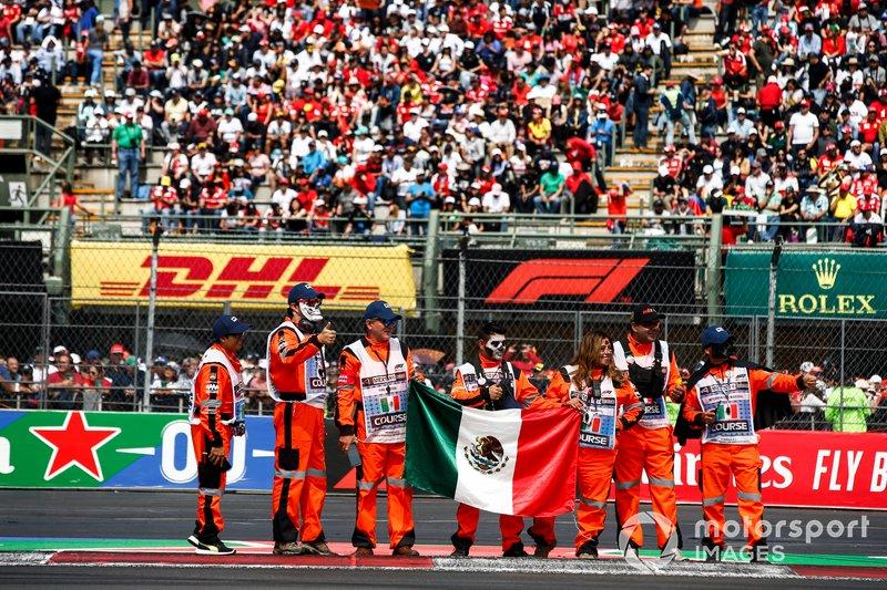 Mariscales con bandera mexicana en el desfile de conductores