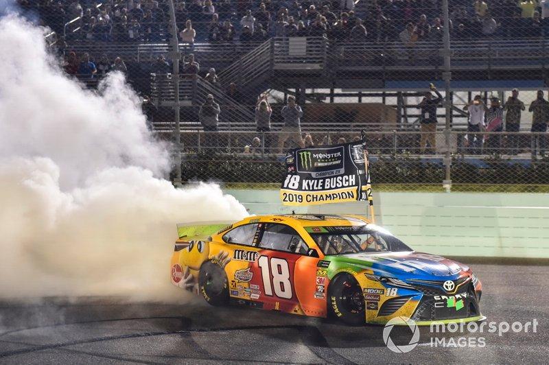 Ganador de la carrera, y Campeón Kyle Busch, Joe Gibbs Racing, Toyota Camry M&M'