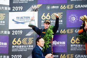 Podio: segundo ugar Jüri Vips, Hitech Grand Prix