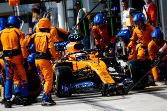 Carlos Sainz Jr., McLaren MCL34 pit stop