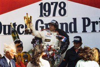 Podio: Il vincitore della gara Mario Andretti, Lotus, secondo classificato Ronnie Peterson, Lotus, terzo classificato Niki Lauda, Brabham, al GP d'Olanda del 1978