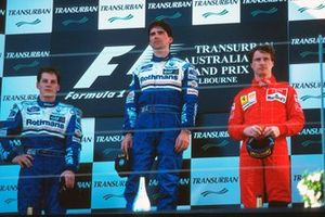 Podium : le second Jacques Villeneuve, Williams, le vainqueur Damon Hill, Williams, le troisième Eddie Irvine, Ferrari