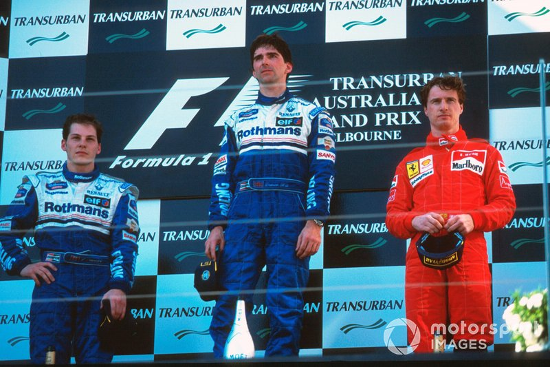 Podio: Segundo lugar Jacques Villeneuve, Williams, ganador de la carrera Damon Hill, Williams, tercer lugar Eddie Irvine, Ferrari