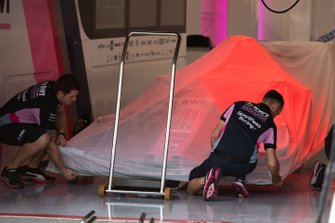 Mechanics removing sheets from Racing Point RP19