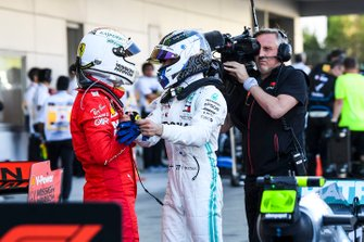 Sebastian Vettel, Ferrari, 2ª posición, felicita a Valtteri Bottas, Mercedes AMG F1, 1ª posición, en Parc Ferme
