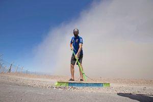 Toprak Razgatlioglu, PATA Yamaha WorldSBK Team avec un balai pendant une tempête de sable