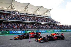 Los coches de los tres primeros clasificados Max Verstappen, Red Bull Racing RB16B, Lewis Hamilton, Mercedes W12, y Sergio Pérez, Red Bull Racing RB16B, en la parrilla