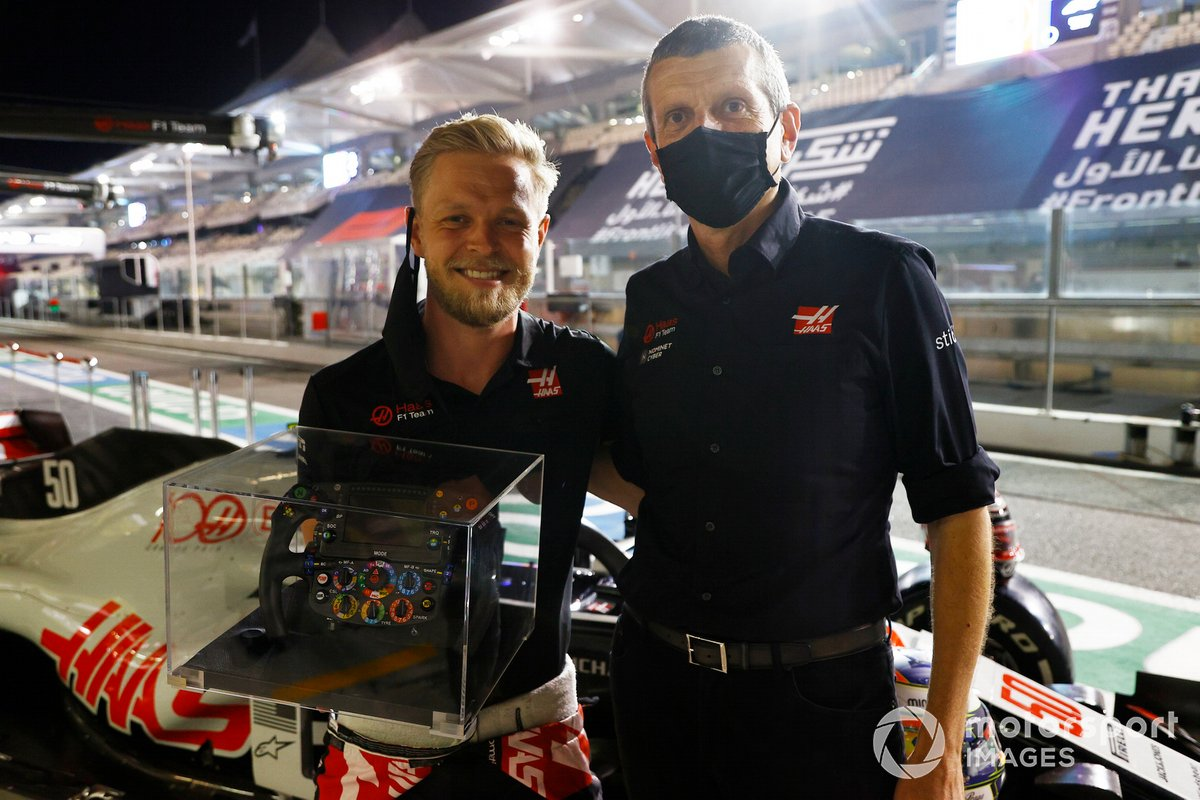 Il team Haas saluta Kevin Magnussen, Haas F1, in vista della sua ultima gara. Guenther Steiner, Team Principal, Haas F1, regala a Magnussen un volant di Formula 1