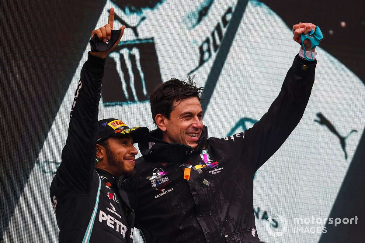 Podio: ganador y campeón del mundo Lewis Hamilton, Mercedes-AMG F1 con Toto Wolff, Director Ejecutivo Mercedes AMG