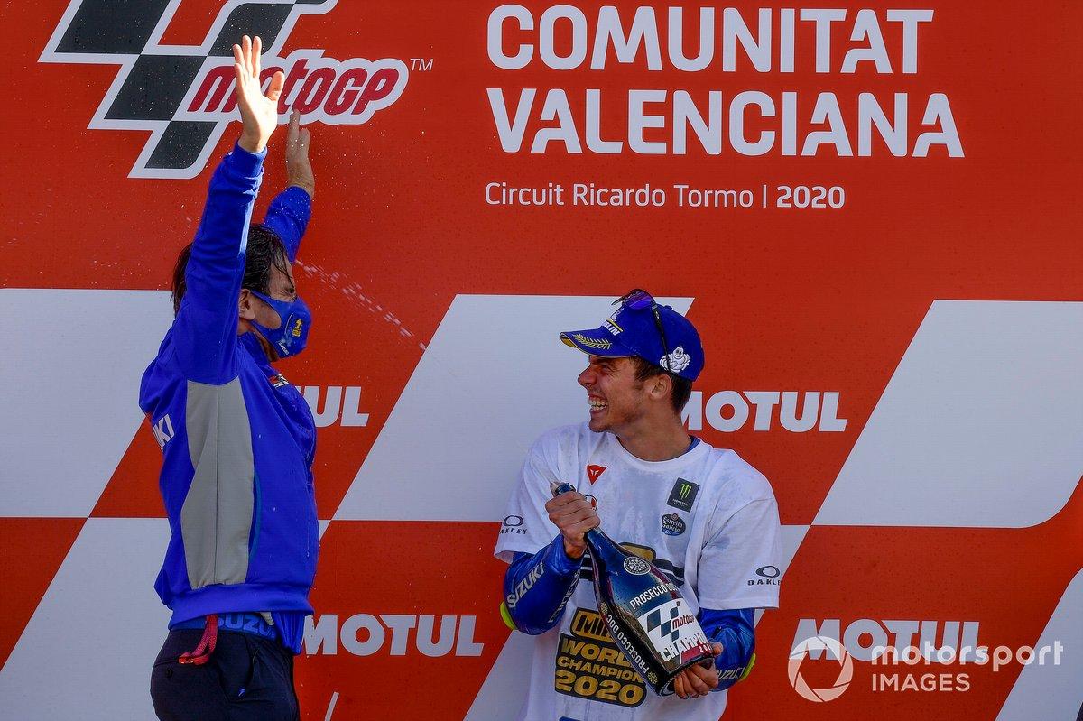 Selebrasi Davide Brivio, Team Manager Suzuki Ecstar dan Joan Mir di podium MotoGP Valencia 2020