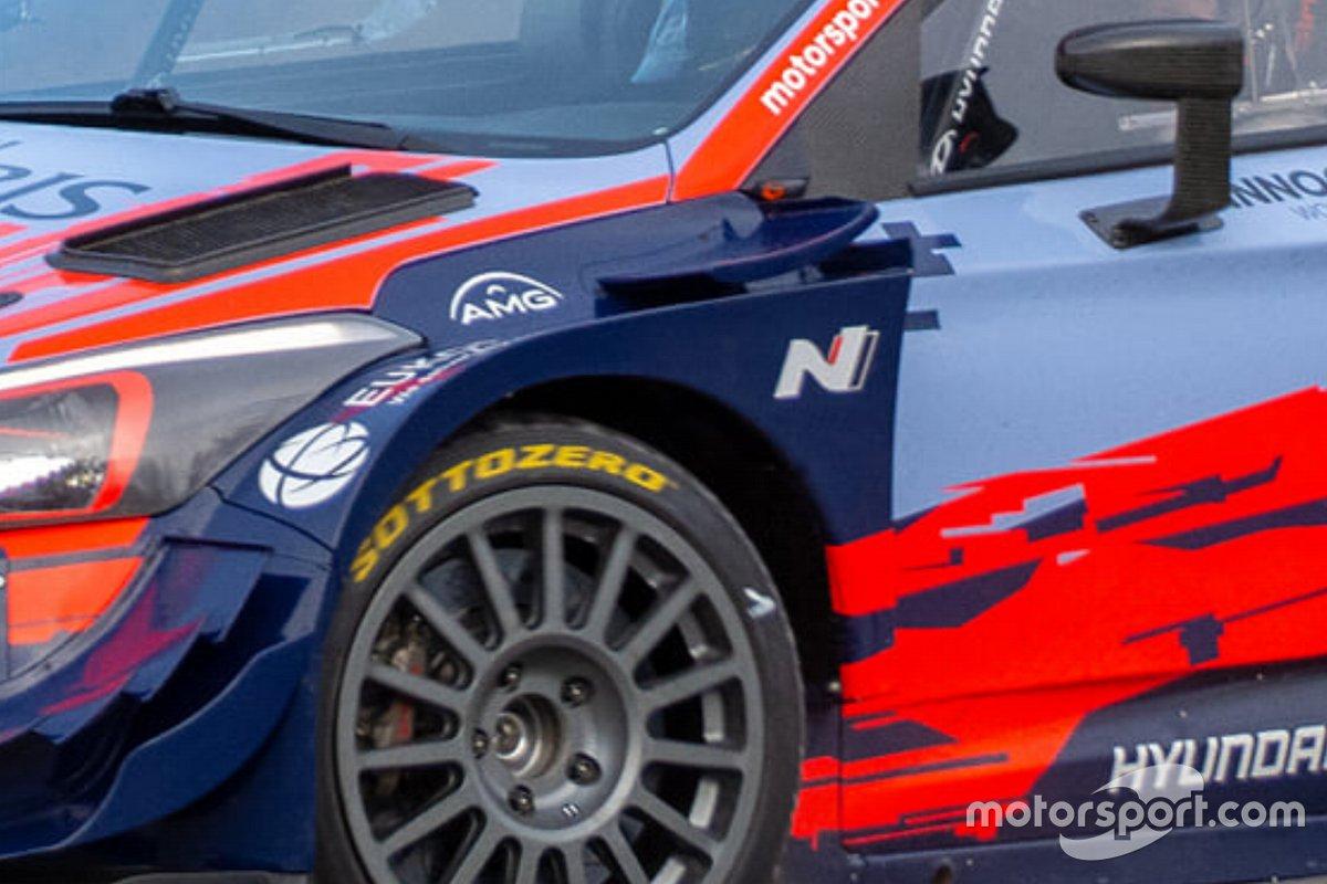 Detalle del Hyundai i20 Coupe WRC con neumáticos Pirelli