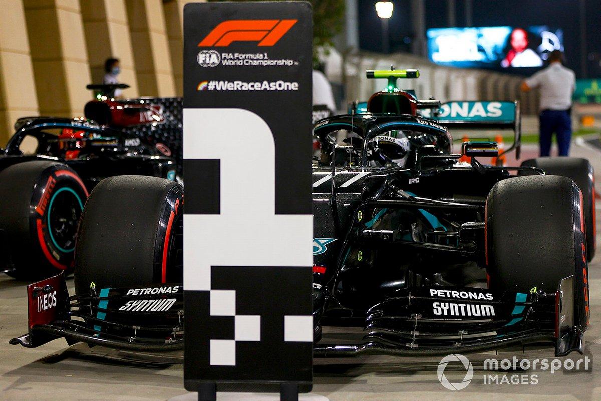 Ganador de la pole Valtteri Bottas, Mercedes F1 W11, segundo George Russell, Mercedes F1 W11