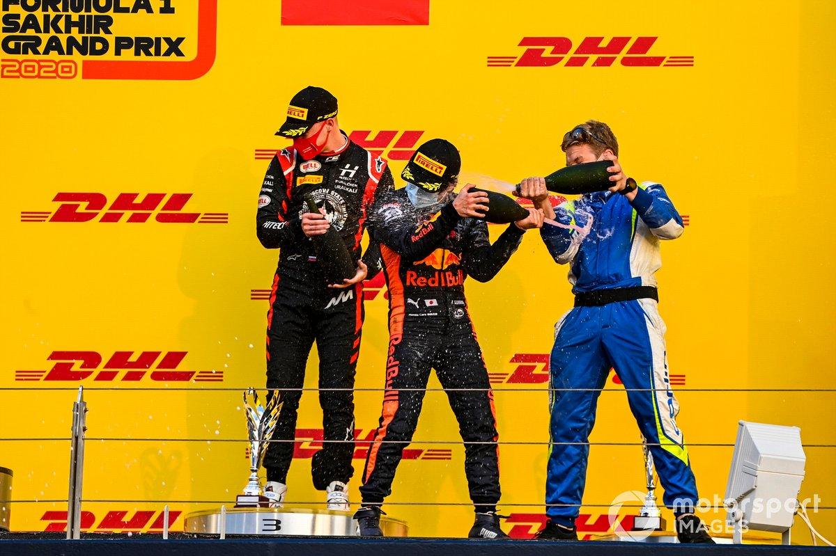 Podio: ganador de la carrera Yuki Tsunoda, Carlin, tercer lugar Nikita Mazepin, Hitech Grand Prix