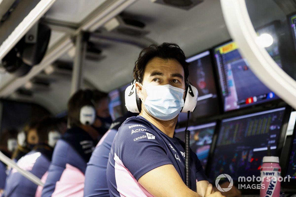 Sergio Pérez, Racing Point, en el muro de boxes después de retirarse de la carrera