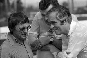 Bernie Ecclestone, parle avec Roger Penske, Propriétaire Penske