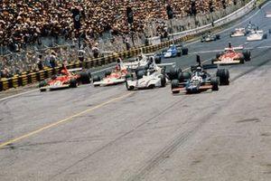 Start zum GP Brasilien 1975 in Sao Paulo: Jean-Pierre Jarier, Shadow DN5, Carlos Reutemann, Brabham BT44B, Emerson Fittipaldi, McLaren M23, Niki Lauda, Ferrari 312B3