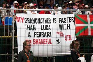 Des fans expriment leur mécontentement envers Luca Badoer, Ferrari