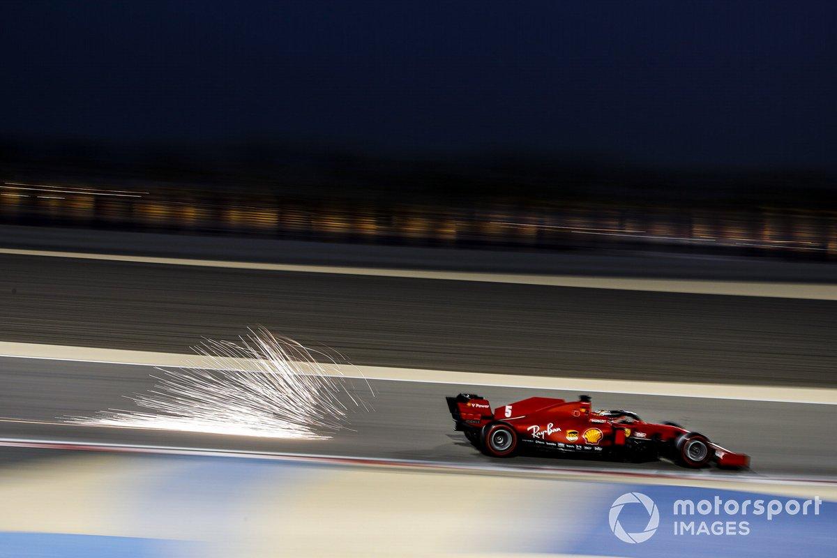 Volano scintille dall'auto di Sebastian Vettel, Ferrari SF1000