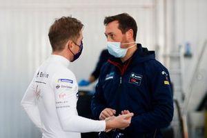 Nick Cassidy, Envision Virgin Racing, talks to team