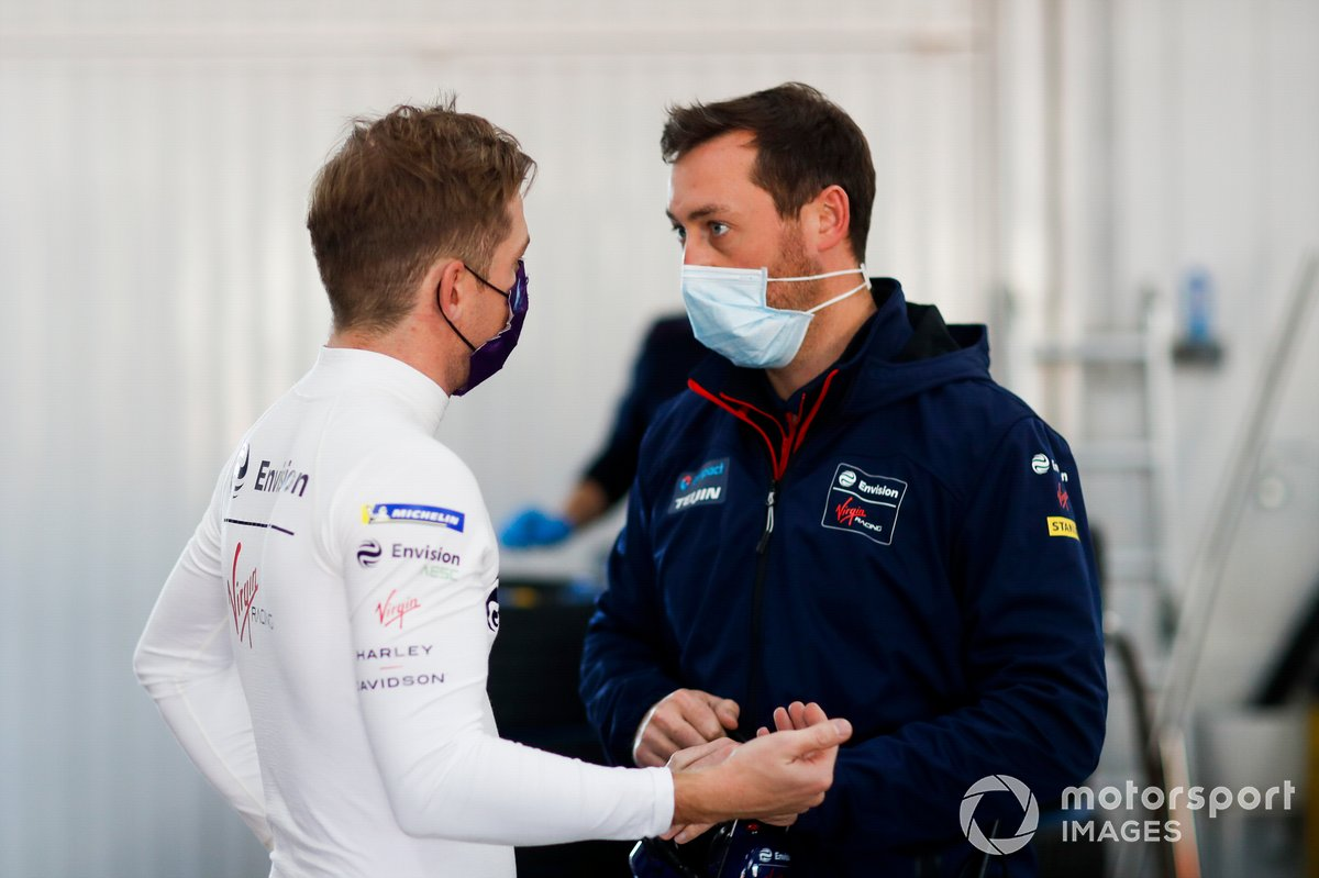 Nick Cassidy, Envision Virgin Racing, talks to team