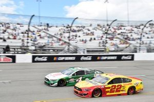 Joey Logano, Team Penske, Ford Mustang Shell Pennzoil, Kevin Harvick, Stewart-Haas Racing, Ford Mustang Hunt Brothers Pizza