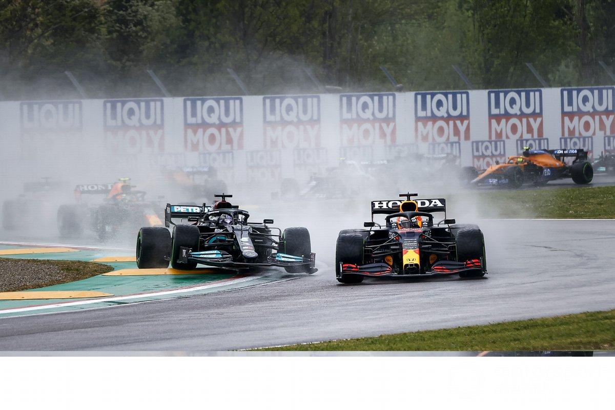 Max Verstappen, Red Bull Racing RB16B, lucha por la posición con Lewis Hamilton, Mercedes W12 al inicio
