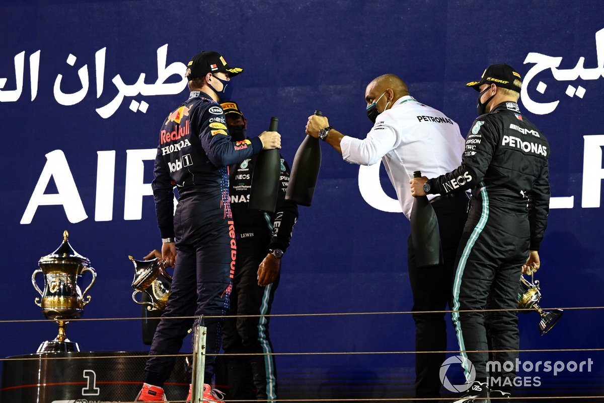 Podio: segundo lugar Max Verstappen, Red Bull Racing, ganador Lewis Hamilton, Mercedes, y el tercer lugar Valtteri Bottas, Mercedes