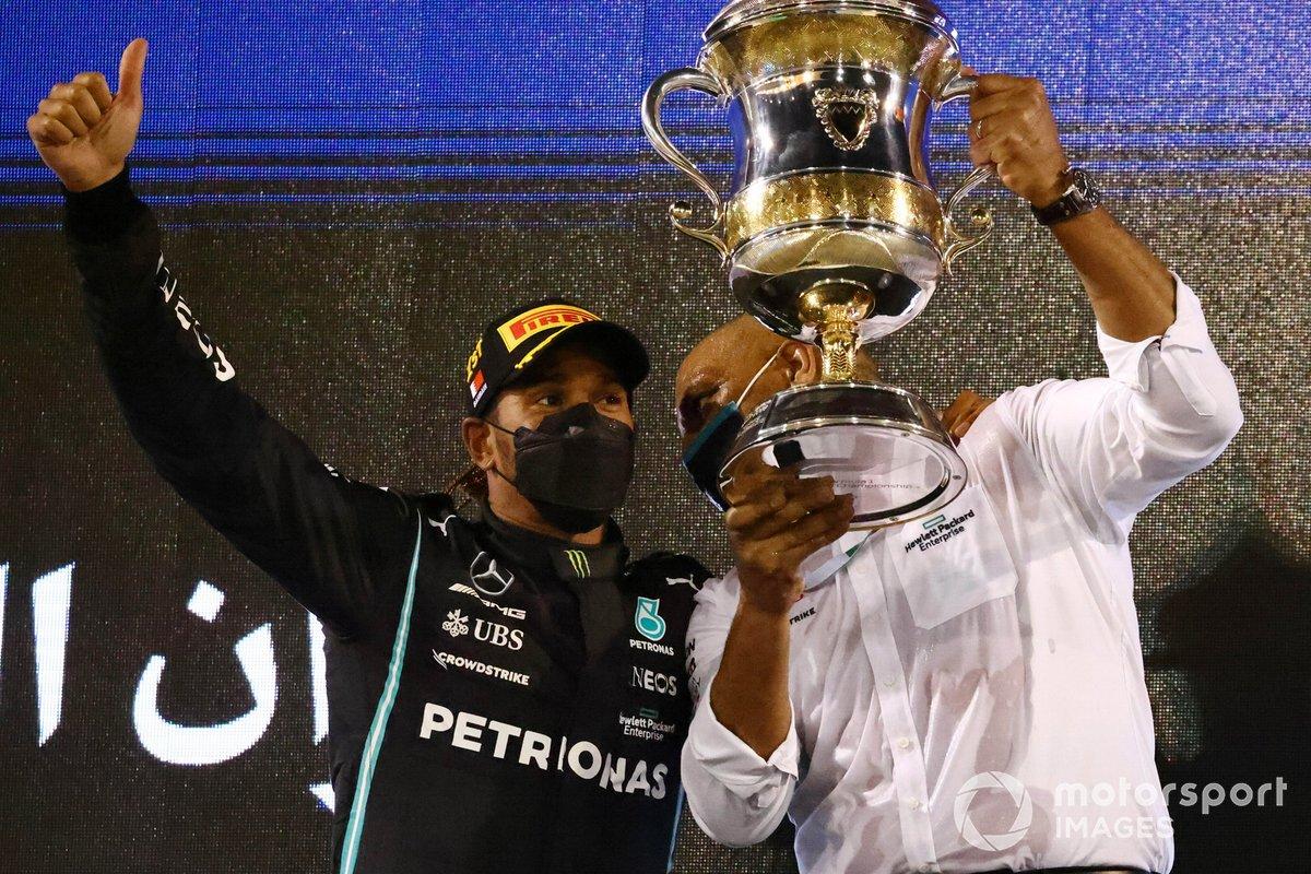 Lewis Hamilton, Mercedes, primo classificato, sul podio con un compagno di squadra e il trofeo costruttori