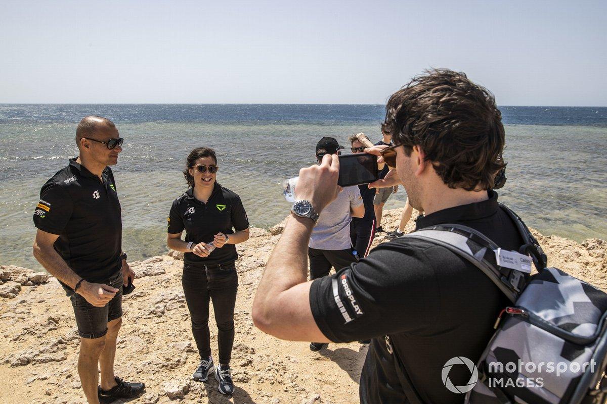 Stephane Sarrazin, Veloce Racing, y Jamie Chadwick, Veloce Racing, posan para un fotógrafo en la recogida de basura de la playa