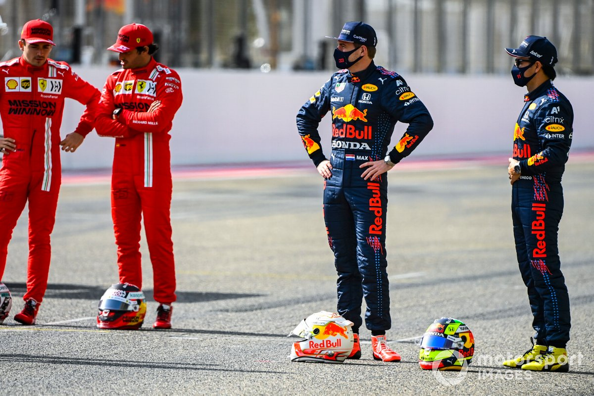 Charles Leclerc, Ferrari, Carlos Sainz Jr., Ferrari, Max Verstappen, Red Bull Racing, y Sergio Pérez, Red Bull Racing