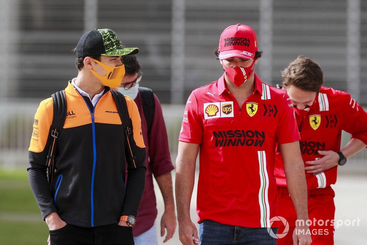Lando Norris, McLaren y Carlos Sainz Jr., Ferrari
