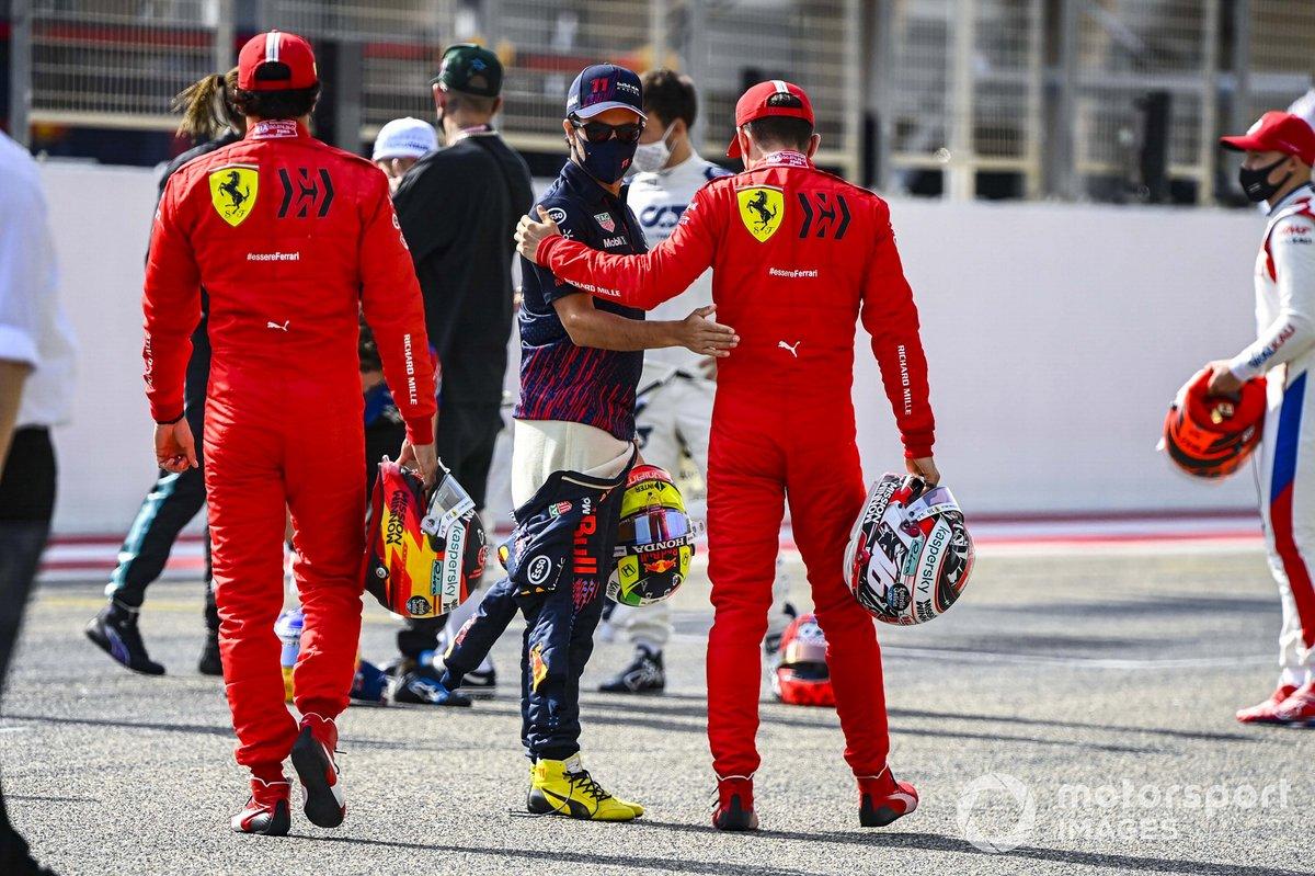 Carlos Sainz Jr., Ferrari, Sergio Pérez, Red Bull Racing, y Charles Leclerc, Ferrari