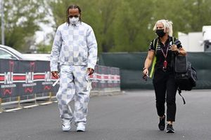 Lewis Hamilton, Mercedes, and Angela Cullen, Physio for Lewis Hamilton, arrives at the track
