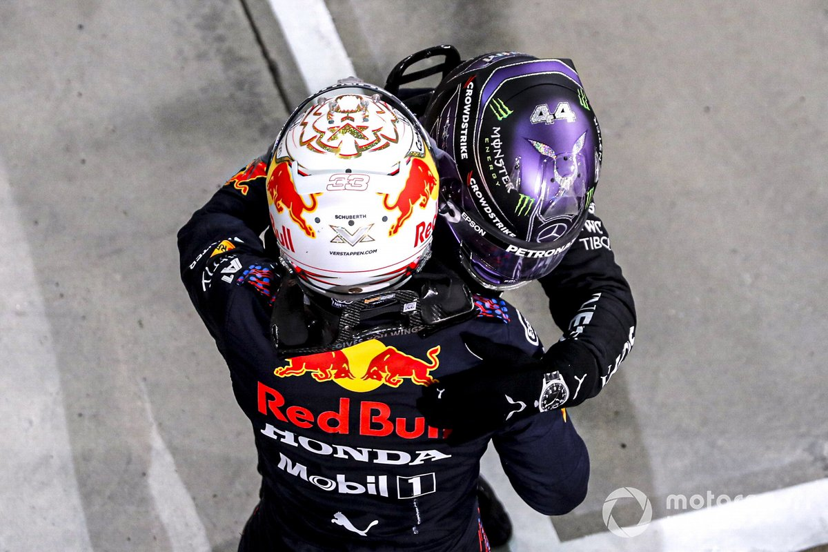 Segundo lugar Max Verstappen, Red Bull Racing y el Ganador Lewis Hamilton, Mercedes, celebra en Parc Ferme