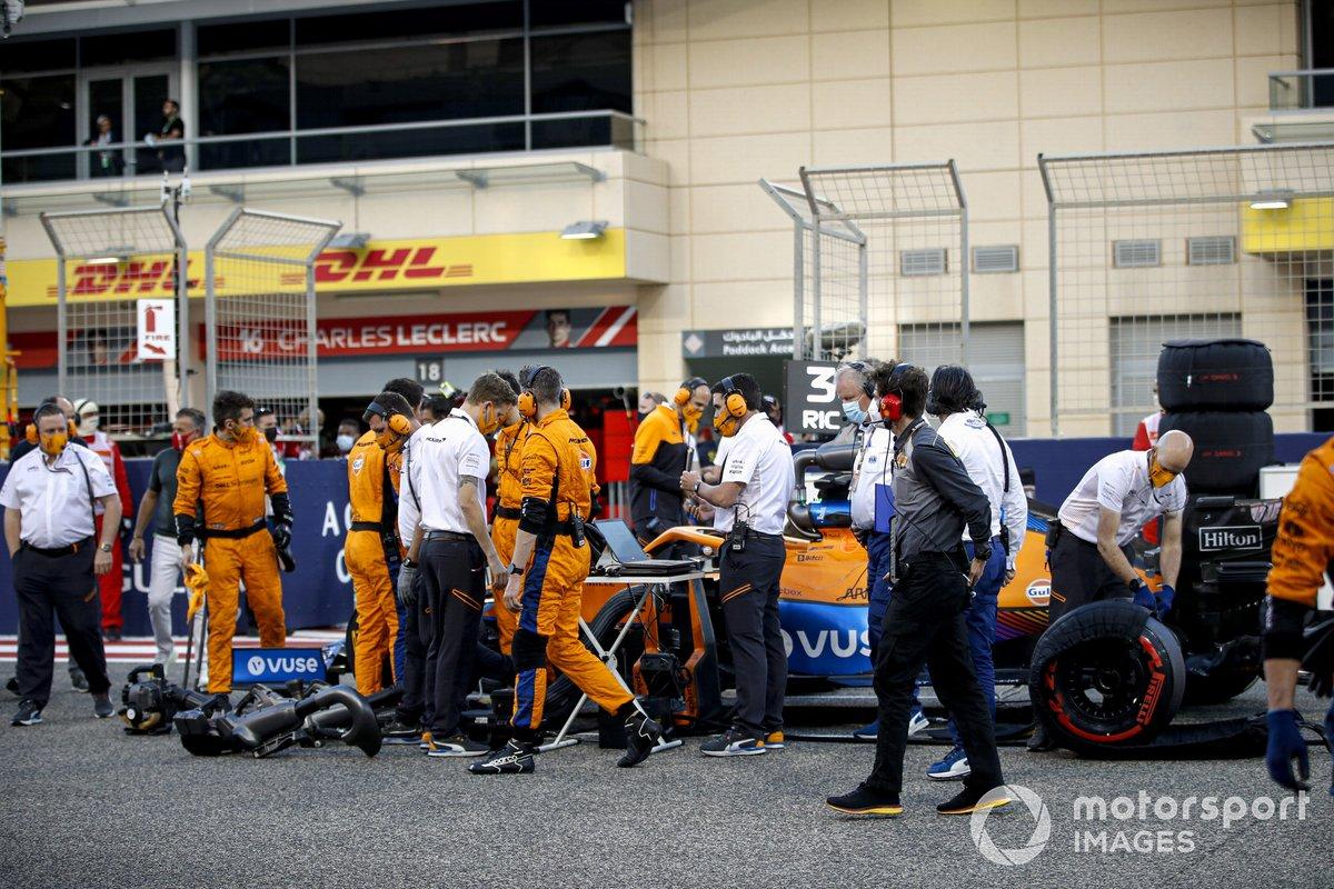 Ingenieros y mecánicos en la parrilla con Daniel Ricciardo, McLaren MCL35M