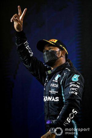 Льюис Хэмилтон, Mercedes F1, победитель гонки, на подиуме