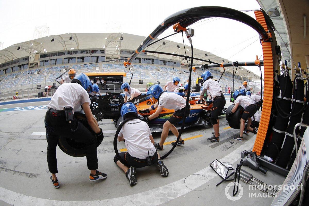 Lando Norris, McLaren MCL35, pits