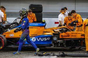 Carlos Sainz se aleja de su McLaren MCL35