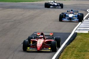Jean Alesi, Ferrari 412 T2, devant Michael Schumacher, Benetton B195 Renault, et David Coulthard, Williams FW17 Renault